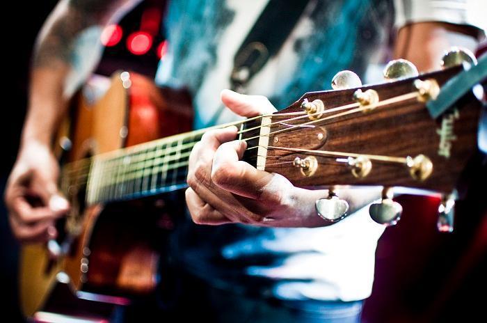 一把木吉他華麗的彈唱編曲