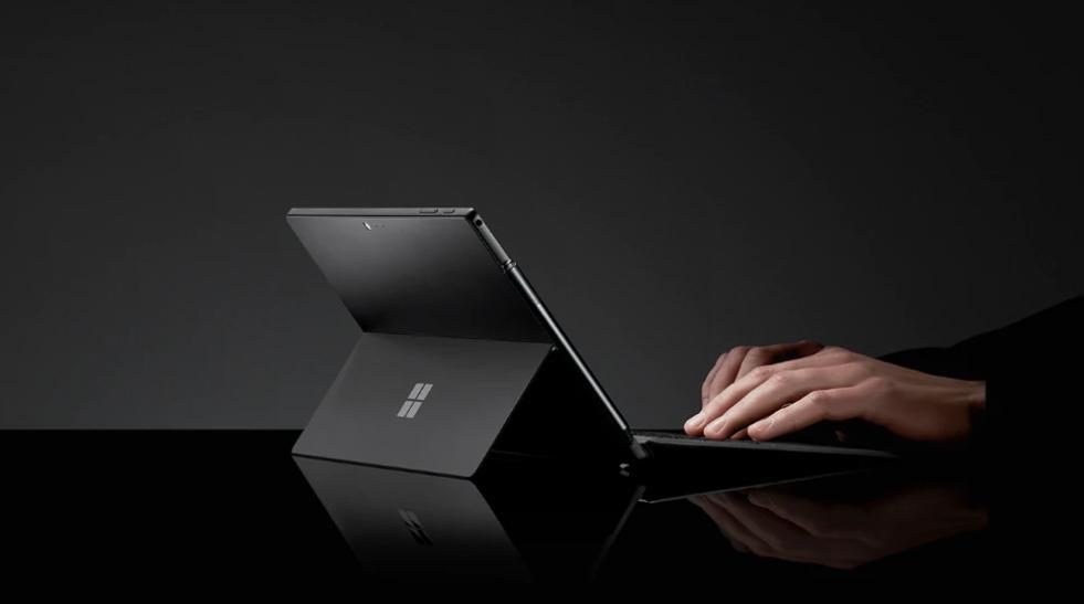 一張含有 膝上型電腦, 電腦, 坐, 個人 的圖片 自動產生的描述